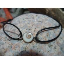 Bracelet cordon cuir et oeil de Sainte Lucie
